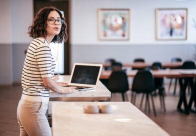 dziewczyna przy biurku